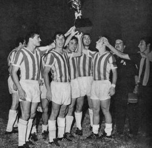 Plantel_de_Estudiantes_de_La_Plata_festejando_la_obtención_de_la_Copa_Interamericana_