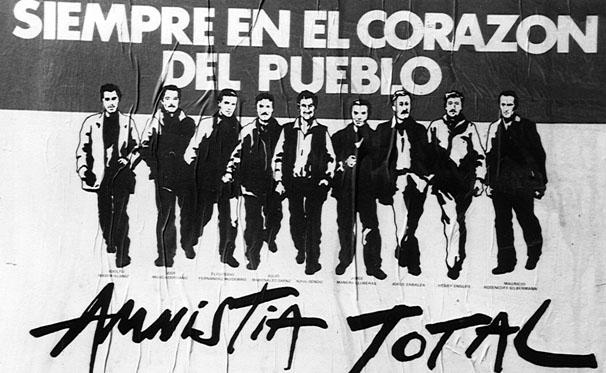 «Πάντα στην καρδιά του λαού. Ολική αμνηστία» αναφέρει η αφίσα για τα εννέα ηγετικά στελέχη των Τουπαμάρος, που αποφυλακίστηκαν εντέλει το 1985 με την αποκατάσταση της αστικής δημοκρατίας. Πρόκειται για τους Ραούλ Σεντίκ, Φερνάντες Ουιδόμπρο, Ένρι Έγκλερ, Μαουρίσιο Ρόσενκοφ, Χούλιο Μαρενάλες, Ελεουτέριο Φερνάντες, Αδόλφο Βασέμ, Χόρχε Σαμπάλσα και Πέπε Μούχικα, μέχρι πρότινος Πρόεδρο της Ουρουγουάης.