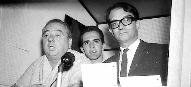 Αριστερά του μικροφώνου ο Κάρλος Σολέ, στα δημοσιογραφικά του «Σεντενάριο»